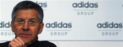 Presidente da Adidas, Herbert Hainer, pausa durante a coletiva de imprensa anual da companhia em Herzogenaurach. A Adidas vai continuar a ser acionista do Bayern de Munique, disse ele a jornalistas nesta sexta-feira depois que o grupo divulgou os resultados do primeiro trimestre. 7/03/2013. REUTERS/Michael Dalder