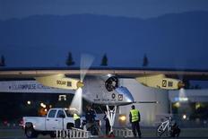 El piloto Bertrand Piccard se prepara a despegar en el avión Solar Impulse en Mountain View, EEUU, mayo 3 2013. Un avión a propulsión solar despegó el viernes en la bahía de San Francisco para un vuelo a través de Estados Unidos, en un test para una futura vuelta al mundo usando el sol como única fuente de energía. REUTERS/Stephen Lam