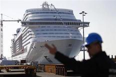 Le gouvernement français est à l'oeuvre pour assurer la pérennité des chantiers navals de Saint-Nazaire, dont le groupe sud-coréen STX entend se désengager, a déclaré samedi le ministre du Redressement productif Arnaud Montebourg. /Photo prise le 14 mars 2013/REUTERS/Stéphane Mahé