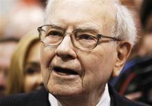 A 82 ans, le milliardaire américain Warren Buffett a ébauché une nouvelle fois samedi l'avenir de son groupe financier après sa disparition, en disant espérer que Berkshire Hathaway resterait un partenaire de choix pour des entreprises en difficulté. Il a également plaidé en faveur de l'accession future de son fils, Howard, à la présidence non-exécutive du groupe. /Photo prise le 4 mai 2013/REUTERS/Rick Wilking