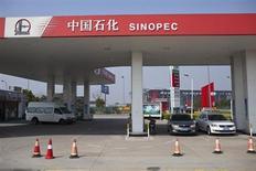 Une filiale du groupe pétrolier chinois Sinopec et le courtier China Galaxy Securities vont lancer lundi à Hong Kong leur introduction en Bourse avec pour objectif de lever un montant global de 2,7 milliards d'euros, de quoi réveiller le marché asiatique des IPO, qui a chuté de plus de moitié au premier trimestre. /Photo prise le 18 mars 2013/REUTERS/Aly Song