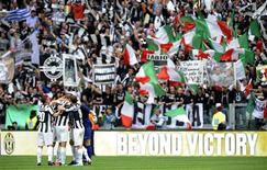 Jogadores da Juventus comemoram vitória sobre o Palermo no campeonato italiano no estádio Juventus, em Turim. 05/05/2013 REUTERS/Giorgio Perottino