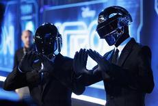 """Dupla do Daft Punk Thomas Banglater e Guy-Manuel de Homem-Christo posam durante a estreia mundial do filme """"Tron: O Legado"""", em Hollywood, em dezembro de 2010. O duo francês de música eletrônica Daft Punk segurou a primeira posição nas paradas de singles da Grã-Bretanha pela segunda semana. 11/12/2010 REUTERS/Danny Moloshok"""
