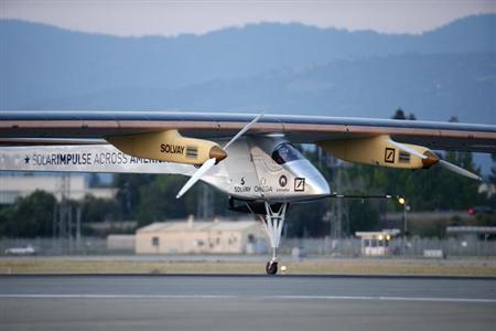 5月4日、米カリフォルニア州を出発した太陽エネルギーのみで飛行可能なソーラー飛行機が、米国横断の最初の目的地であるアリゾナ州フェニックスの空港に無事着陸した。写真は3日に離陸する「ソーラー・インパルス」(2013年 ロイター/Stephen Lam)