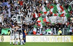 """Игроки и фанаты """"Ювентуса"""" радуются победе над """"Палермо"""" и завоеванию золотых медалей Серии А в Турине 5 мая 2013 года. Туринский """"Ювентус"""" второй раз кряду выиграл итальянскую Серию А - на сей раз за три тура до конца сезона. REUTERS/Giorgio Perottino"""