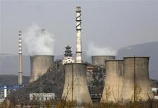 Дым поднимается над трубами сталеплавильного завода в Пекине 1 апреля 2013 года. Рост в секторе услуг Китая резко замедлился в апреле 2013 года до минимума с августа 2011 года, что стало очередным признаком растущих рисков для оживления второй по величине экономики мира, свидетельствуют данные опроса частного сектора. REUTERS/Kim Kyung-Hoon