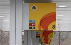 Логотипы компании Роснефть на заправке в Москве, 13 декабря 2012 года. Крупнейшая российская нефтяная госкомпания Роснефть может выплатить 8,05 рубля на акцию в качестве дивидендов за 2012 год, увеличив вознаграждение по сравнению с прошлогодним уровнем, когда акционеры получили 7,53 рубля на акцию за 2011 год. REUTERS/Maxim Shemetov