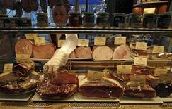 Продавец раскладывает мясо в витрине магазина в Санкт-Петербурге, 8 февраля 2013 года. Рост потребительских цен в России с 23 по 29 апреля 2013 года составил 0,1 процента, как и на предыдущей неделе, сообщил Росстат в понедельник. REUTERS/Alexander Demianchuk