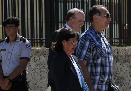 Cuban agent Rene Gonzalez (R) walks next his lawyer Philip Horowitz (back C) outside the U.S. diplomatic mission in Cuba, United States Interest Section (USINT), in Havana May 6, 2013. REUTERS/Enrique De La Osa