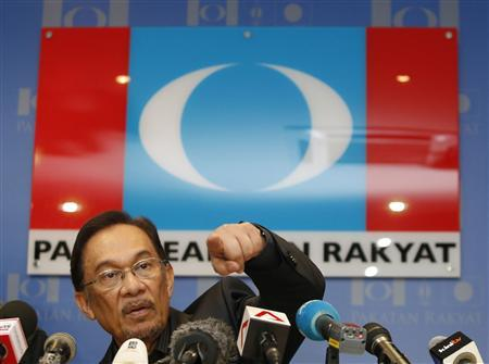 Malaysia's opposition leader Anwar Ibrahim gestures during a news conference at his party's headquarters in Petaling Jaya, outside Kuala Lumpur May 7, 2013. REUTERS/Bazuki Muhammad