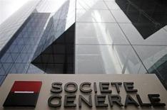 Société générale a dévoilé mardi un nouveau plan d'économies destiné à doper sa rentabilité d'ici à 2015 à l'issue d'un premier trimestre marqué par une chute de 50% de son bénéfice net. /Photo prise le 13 février 2013/REUTERS/Christian Hartmann