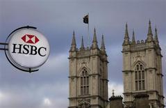 HSBC a pratiquement doublé son bénéfice au premier trimestre, à plus de huit milliards de dollars, à la faveur d'une baisse de ses coûts et de ses créances douteuses. /Photo d'archives/REUTERS/Stefan Wermuth