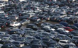 Les immatriculations de voitures neuves ont progressé de 14,8% au Royaume-Uni au mois d'avril par rapport au même mois de 2012, soit leur plus forte hausse en cinq ans et leur 15e mois consécutif de hausse, selon la Société des constructeurs et concessionnaires automobiles (SMMT). /Photo d'archives/REUTERS/Alexandra Beier