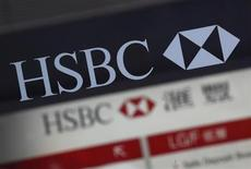 Логотип HSBC около входа в отделение банка в Гонконге, 4 марта 2013 года. Прибыль HSBC в первом квартале 2013 года почти удвоилась по сравнению с аналогичным периодом прошлого года до более чем $8 миллиардов благодаря сокращению плохих долгов и расходов, а также выгоде от 3-летнего плана реструктуризации. REUTERS/Bobby Yip