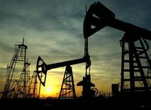 Нефтяные вышки работают на месте добычи под Баку, 16 октября 2005 года. Добыча нефти с ключевых каспийских месторождений Азербайджана Азери-Чираг-Гюнешли (АЧГ), оператором которых является британская BP, в первом квартале 2013 года снизилась на 8,4 процента до 8,06 миллиона тонн с 8,8 миллиона тонн годом ранее, сообщила во вторник BP-Azerbaijan.