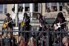 Integrantes da banda Aerosmith fazem show diante de seu antigo apartamento em Allston, Massachusetts, em novembro de 2012. A banda de rock norte-americana Aerosmith não explicou quais preocupações de segurança levaram ao cancelamento do seu show da semana passada em Jacarta, que já tinha ingressos quase esgotados, disse a empresa promotora do evento. 05/11/2012 REUTERS/Jessica Rinaldi