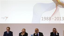 Le président de la Bundesbank Jens Weidmann, le ministre des Finances allemand Wolfgang Schäuble, son homologue français Pierre Moscovici et le gouverneur de la Banque de France Christian Noyer (de gauche à droite), à Berlin, pour le 25e anniversaire du Conseil économique et financier franco-allemand. Wolfgang Schäuble a paru s'engager mardi en faveur d'une mise en oeuvre rapide de l'union bancaire européenne sur la base des traités existants, notamment celui de Lisbonne, revenant ainsi sur des propos tenus le mois dernier. /Photo prise le 7 mai 2013/REUTERS/Tobias Schwarz