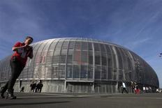 Le Grand Stade Lille-Métropole à Villeneuve d'Ascq, qui a été construit par Eiffage. Le groupe de BTP et de concessions et exploitant du réseau autoroutier APRR a fait état d'une baisse de son chiffre d'affaires à 2,9 milliards d'euros au premier trimestre en raison de conditions météorologiques défavorables en France et sur une grande partie de l'Europe. /Photo prise le 14 avril 2013/REUTERS/Pascal Rossignol