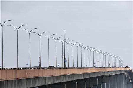 Vehicles drive on San Mateo-Hayward Bridge in Foster City, California May 5, 2013. Five female limousine passengers died late Saturday evening after they a fire broke out in their vehicle traveling westbound on the bridge, trapping five of the nine passengers. REUTERS/Stephen Lam