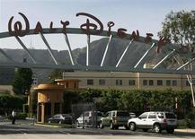 """Главные ворота штаб-квартиры Walt Disney Co в Бербанке, Калифорния 5 мая 2009 года. Прибыль медиагиганта Walt Disney Co во втором квартале финансового года выросла на 32 процента, превзойдя прогнозы Уолл-стрит благодаря росту потребительских трат и количеству посетителей тематических парков компании, а также кассовым сборам фильма """"Оз: Великий и Ужасный"""". REUTERS/Fred Prouser"""