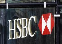 Логотип HSBC у офиса банка в Лондоне 1 апреля 2013 года. Прогноз роста для развивающихся рынков снизился до семимесячного минимума в апреле, так как данные о производстве в Китае и других странах принесли разочарование, говорится в ежемесячном обзоре HSBC. REUTERS/Chris Helgren
