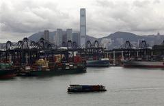Les exportations chinoises ont progressé de 14,7% en avril en rythme annuel tandis que les importations ont augmenté de 16,8%, selon les services douaniers. L'excédent commercial de la République populaire s'est inscrit à 18,6 milliards de dollars. /Photo d'archives/REUTERS/Bobby Yip