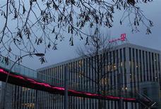 L'excédent brut d'exploitation (EBE) de Deutsche Telekom a diminué de 4,3% au premier trimestre, à 4,29 milliards d'euros, en raison d'un bond des investissements concentrés en Europe. /Photo prise le 5 décembre 2012/REUTERS/Ina Fassbender