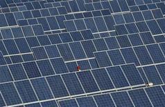 La Commission européenne a approuvé mercredi l'imposition à titre provisoire de lourds droits de douane sur les panneaux solaires importés de Chine, afin de protéger les industriels du secteur dans l'Union européenne (UE), selon de deux responsables. /Photo d'archives/REUTERS