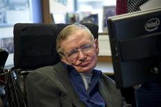 Físico britânico Stephen Hawking senta-se a sua mesa no Departamento de Matemática Aplicada da Universidade de Cambridge, em agosto de 2012. Hawking não vai participar de uma conferência israelense, unindo-se a um boicote acadêmico sobre Israel para protestar contra a ocupação de terras palestinas. 30/08/2012 REUTERS/Guillermo Granja /Divulgação