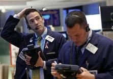 Трейдеры во время работы на Нью-Йоркской фондовой бирже 7 мая 2013 года. Уолл-стрит открылась небольшим снижением в среду после того, как индексы достигли новых рекордов накануне. REUTERS/Brendan McDermid