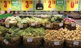 Le rythme de l'inflation des prix à la consommation a accéléré le mois dernier en Chine pour atteindre 2,4% en rythme annuel, contre 2,1% en mars et 2,3% attendu par les économistes, réduisant la marge de manoeuvre de la Banque populaire de Chine pour soutenir l'économie. /Photo prise le 9 mai 2013/REUTERS/Kim Kyung-Hoon