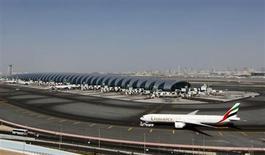Emirates, la compagnie aérienne de Dubaï, a vu son bénéfice net progresser de 52% au cours de l'exercice 2012, grâce à une augmentation de sa flotte et du nombre de passagers transportés. Emirates, désormais quatrième compagnie aérienne mondiale en termes de passagers internationaux, a réalisé un bénéfice net de 2,3 milliards de dirhams (477 millions d'euros) en 2012. /Photo prise le 7 janvier 2013/REUTERS/Jumana El Heloueh
