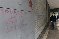 Devant une agence pour l'emploi à Athènes. Le taux de chômage des jeunes a dépassé le seuil des 60% en Grèce en février, conséquence de la récession après des années d'austérité imposée par les créanciers internationaux d'Athènes. Pour l'ensemble de la population, le taux de chômage s'établit à 27%. /Photo prise le 9 mai 2013/REUTERS/John Kolesidis