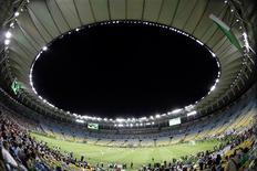 Visão geral da partida de futebol na reabertura do estádio Maracanã após reforma, no Rio de Janeiro. O Consórcio Maracanã, formado por Odebrecht, a empresa do bilionário Eike Batista IMX e a norte-americana AEG, foi declarado vencedor da licitação para concessão do Maracanã pelos próximos 35 anos. 27/04/2013 REUTERS/Ricardo Moraes