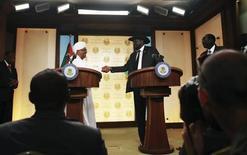 الرئيس السوداني عمر حسن البشير (يسارا) ورئيس جنوب السودان سلفا كير في جوبا يوم 12 ابريل نيسان 2013 - رويترز