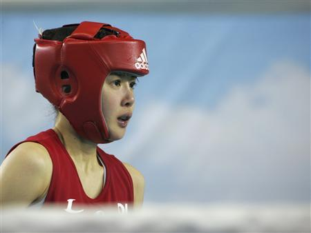 Lee Si-young (R) prepares for her match in the 48 kg (106 lb) class at the South Korean national team tryouts in Chungju, southeast of Seoul April 24, 2013. REUTERS/Lee Byung-chan/Newsis