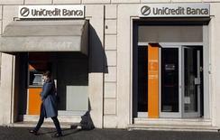 UniCredit, première banque italienne par les actifs, a fait état vendredi d'un retour au bénéfice à l'issue du premier trimestre 2013, grâce à une baisse des provisions pour pertes sur créances et à un solide résultat de trading. /Photo d'archives/REUTERS/Stefano Rellandini