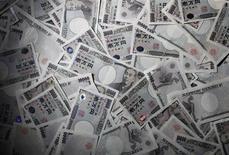 Les Etats-Unis ont rappelé le Japon à l'ordre vendredi au sujet de la situation actuelle du yen, un coup de semonce susceptible d'alourdir quelque peu l'atmosphère de la réunion des ministres des finances et des banquiers centraux du G7 cette fin de semaine au Royaume-Uni. /Photo d'archives/REUTERS/Yuriko Nakao