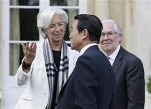 """La directrice générale du Fonds monétaire international Christine Lagarde aux côtés du ministre des finances japonais Taro Aso (au centre) et du gouverneur de la Banque d'Angleterre Mervyn King, à Aylesbury, lors d'une réunion du G7. Les ministres des Finances et les banquiers centraux du Groupe des Sept sont réunies pour deux jours de discussions à une soixantaine de kilomètres de Londres alors que le yen a atteint son plus bas niveau depuis quatre ans et demi face au dollar, une baisse qui alimente les spéculations sur les risques de """"guerre des monnaies"""". /Photo prise le 10 mai 2013/REUTERS/Alastair Grant/Pool"""
