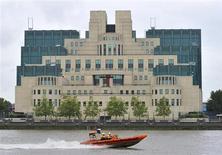 Катер проплывает мимо штаб-квартиры МИ-6 в Лондоне 25 августа 2010 года. Спецслужбы Великобритании возобновят сотрудничество с РФ впервые после убийства в 2006 году в Лондоне российскиого диссидента Александра Литвиненко, сказал в пятницу премьер-министр Дэвид Кэмерон. REUTERS/Toby Melville