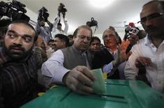 Лидер политической партии Пакистанская мусульманская лига - Наваз Наваз Шариф опускает бюллетень в день парламентских выборов на избирательном участке в Лахоре 11 мая 2013 года. Свергнутый в результате военного переворота в 1999 году, заключенный в тюрьму, а затем изгнанный, Наваз Шариф совершил триумфальное возвращение во власть Пакистана и намерен сформировать стабильное правительство, способное проводить реформы, необходимые для спасения экономики страны. REUTERS/Mohsin Raza