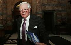 Le président du conseil d'administration de Lloyds, Win Bischoff, âgé de 72 ans, va prendre sa retraite d'ici mai 2014 après avoir supervisé la remise sur pied de la plus grande banque de détail britannique, sauvée de la faillite en 2008 par l'Etat. /Photo prise le 17 octobre 2012/REUTERS/Suzanne Plunkett