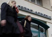 Le titre Crédit agricole perdait 2,24% à la mi-séance à Paris, pénalisé, comme les valeurs des banques concurrentes Société générale (-2,16%) et BNP Paribas (-1,77%), par des prises de profit. Le CAC 40 reculait simultanément de 0,46%. /Photo d'archives/REUTERS/Jean-Paul Pelissier