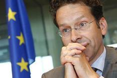 La zone euro peut progresser sur la voie de l'union bancaire sans avoir à s'accorder au préalable sur une éventuelle modification des traités de l'Union européenne, a déclaré lundi le président de l'Eurogroupe, Jeroen Dijsselbloem. /Photo prise le 7 mai 2013/REUTERS/François Lenoir