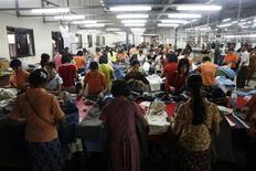 L'investissement étranger en Birmanie a pratiquement quintuplé pendant l'exercice budgétaire clos fin mars par rapport à l'exercice précédent, au profit notamment de l'industrie textile locale, montrent des chiffres publiés lundi. /Photo d'archives/REUTERS/Soe Zeya Tun