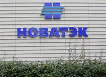 Логотип Новатэка на здании офиса продаж компании в Москве 16 сентября 2012 года. Чистая прибыль акционеров второго в России производителя газа Новатэк в первом квартале 2013 года выросла на 6,9 процента до 22,7 миллиарда рублей, побив консенсус-прогноз, составленный Рейтер. REUTERS/Maxim Shemetov