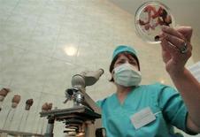 Эксперт в лаборатории в украинском Донецке держит образцы мяса птицы, проверяемой на птичий грипп 7 декабря 2005 года. Украина временно остановила экспорт в страны Таможенного союза - Россию, Белоруссию и Казахстан - продукции двух крупнейших производителей куриного мяса, из-за претензий российской стороны. REUTERS/STR New