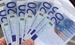 Les députés français ont donné lundi leur feu vert au déblocage exceptionnel de la participation et de l'intéressement dont disposent les salariés afin de relancer la consommation, une enveloppe estimée à plusieurs milliards d'euros. Ce déblocage exceptionnel concerne les sommes attribuées avant le 1er janvier 2013, avec un plafond global de 20.000 euros, net de prélèvements sociaux. /Photo d'archives/REUTERS