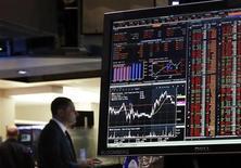 """Терминал Bloomberg в здании Нью-Йоркской фондовой биржи 13 мая 2013 года. Главный редактор агентства экономической информации Bloomberg News Мэттью Винклер извинился за получение журналистами компании доступа к конфиденциальным данным пользователей терминалов Bloomberg, назвав это """"непростительным"""", однако отметив, что важные клиентские данные при этом всегда были хорошо защищены. REUTERS/Brendan McDermid"""