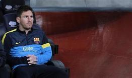 Lionel Messi, do Barcelona, senta no banco de reservas antes de partida pela primeira divisão da Liga Espanhola contra o Real Betis, no estádio Camp Nou, em Barcelona. Messi deve ser poupado nas rodadas finais do Campeonato Espanhol, depois de exames apontarem uma complicação na sua lesão de tendão. A expectativa, no entanto, é de que ele se recupere a tempo de liderar a Argentina em dois jogos das Eliminatórias da Copa-14, em junho. 5/05/2013. REUTERS/Albert Gea